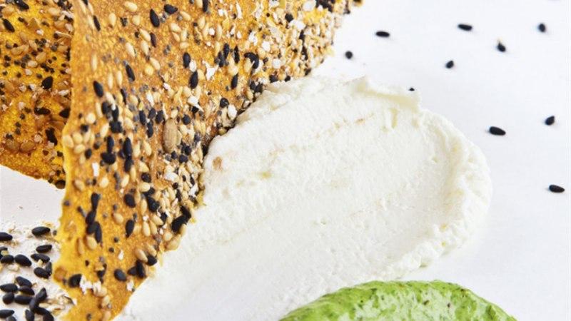 Leivakrõpsud kitsejuustu ja karulaugukastmega