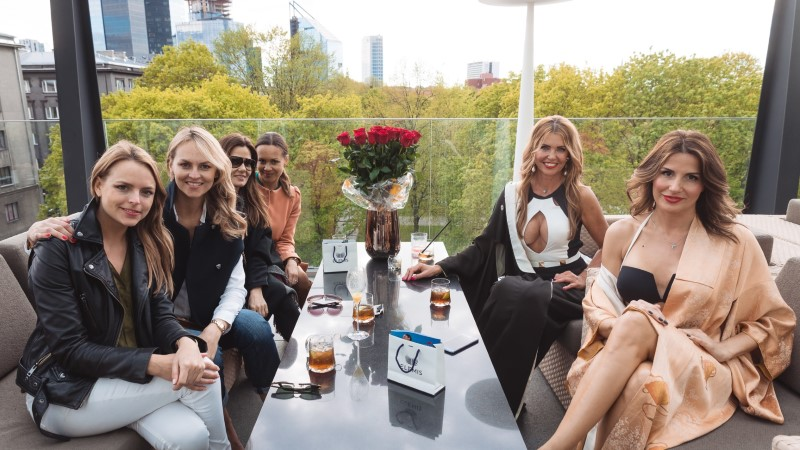 KUUM GALERII   Anu Saagim ja Reet Härmat astusid Hiltoni terrassipeol üles bikiinimodellidena