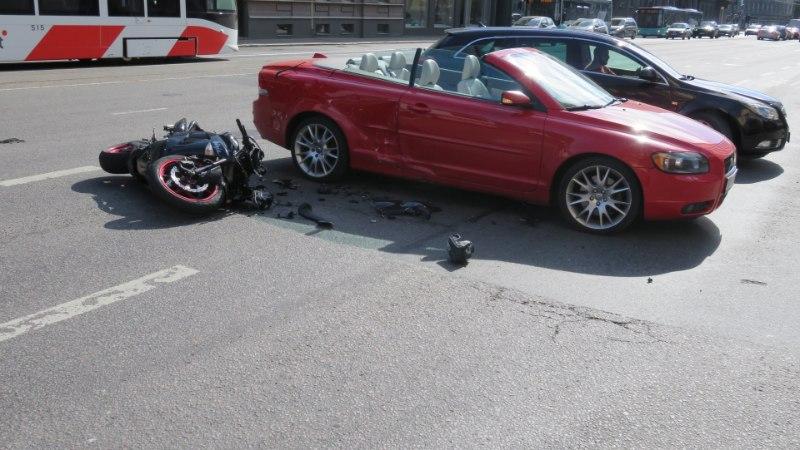 FOTOD SÜNDMUSKOHALT | Tallinnas põrkasid kokku mootorratas ja sõiduauto