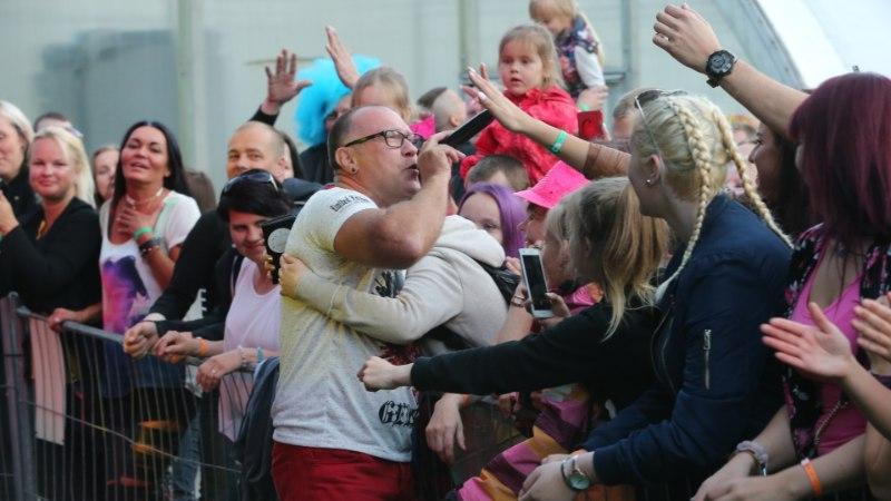 Hellade Vellede liider Märt Loddes suutis laulu ajal fänne kaisutadagi