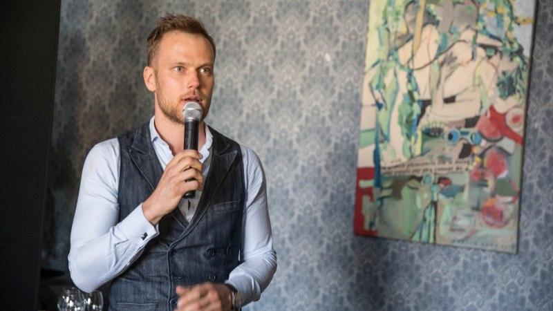 PILDID JA VIDEO | Martin Saar avas koos kireva seltskonnaga oma maalinäituse AHAM BRAHMASMI