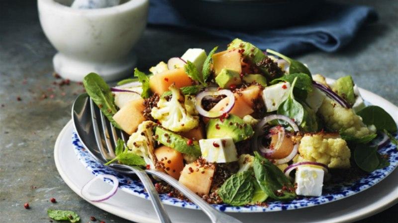 Meloni ja fetajuustu salat mündi ja roseepipraga