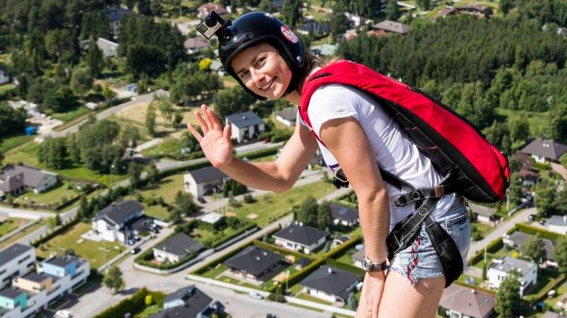Mis sunnib noort naist katustelt alla hüppama?
