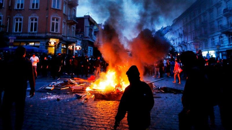 VIDEO | Hamburgis kaost külvavad meeleavaldajad panid täna öösel autosid põlema ja ründasid politseinikke