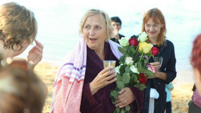 GALERII   PALJU ÕNNE: Ugala teatripere õnnitles Luule Komissarovit ühissuplusega