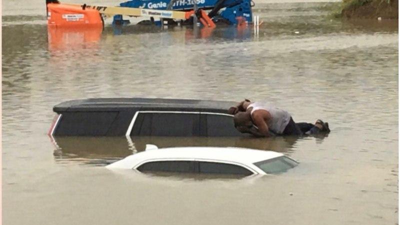 HOUSTON OTSIB KANGELAST: tundmatu mees üritas autodest inimesi päästa