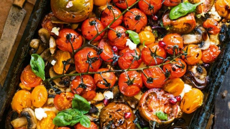 Ahjus grillitud tomatid sinihallitusjuustu ja basiilikuga