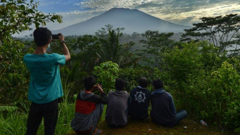 HIRM PARADIISIS: Vulkaanipurske kartuses on Bali saarelt põgenenud kümned tuhanded inimesed