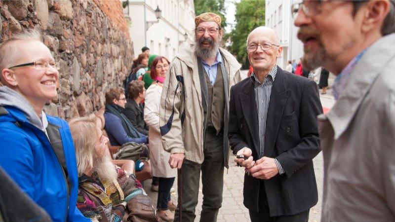 GALERII   Eesti teatri festivali avamiseks kaeti Tartu kesklinnas külluslik pidulaud