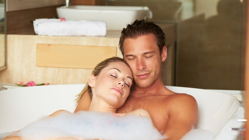 LÕÕGASTUS JA PAREM UNI: viis head põhjust, miks täna õhtul koos kallimaga soojas vannis mõnuleda