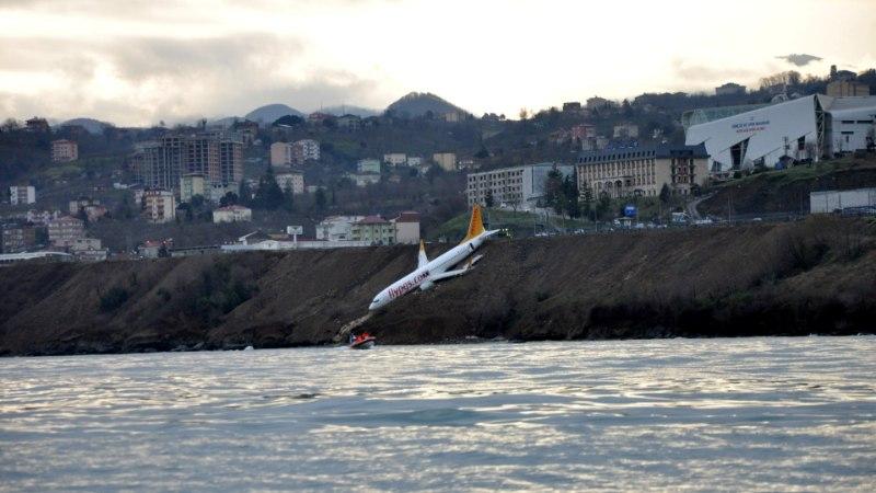 FOTOD | Türgi lennuk libises maandumisrajalt välja ning jäi kaljuservale rippuma