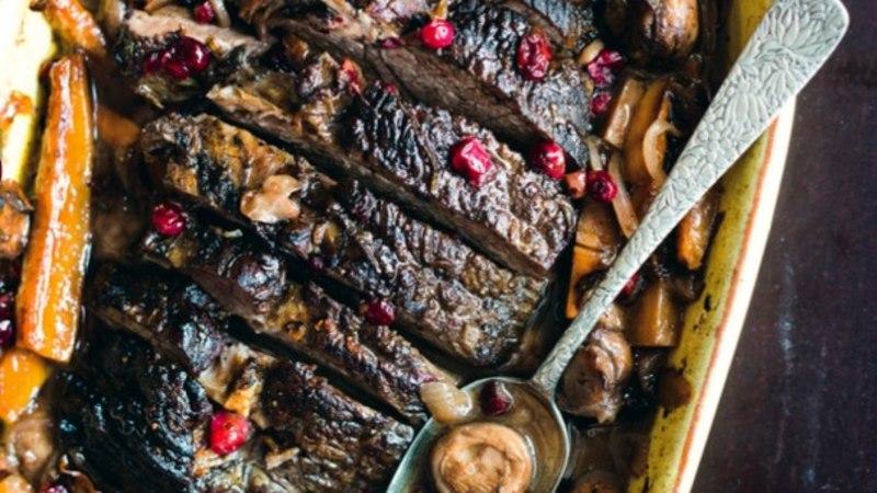 RETSEPT | Jõhvikate ja seentega veise kaelakarbonaad punaveinikastmes