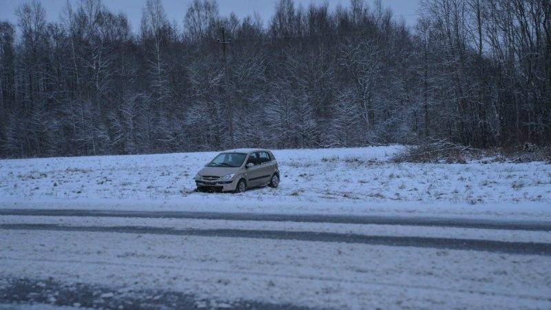 FOTOD   Viljandimaal põrutas auto libeduse tõttu kaugele põllule