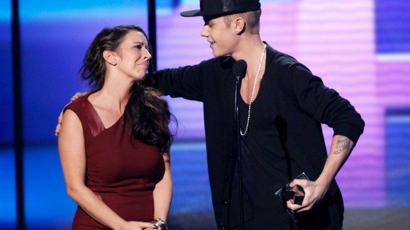 Justin Bieberi ema murdis nende ühispuhkuse esimesel päeval jalaluu
