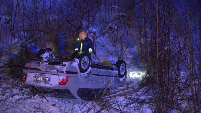 VIDEO JA FOTOD | Viljandimaal sõitis Volkswagen sügavasse kraavi ja maandus katusele