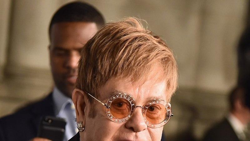 Elton John saatis oma ema hellade sõnade saatel viimsele teele