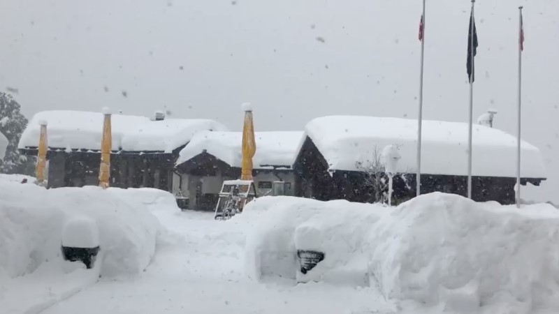13 000 turisti on Šveitsi kuurordis lumevangis