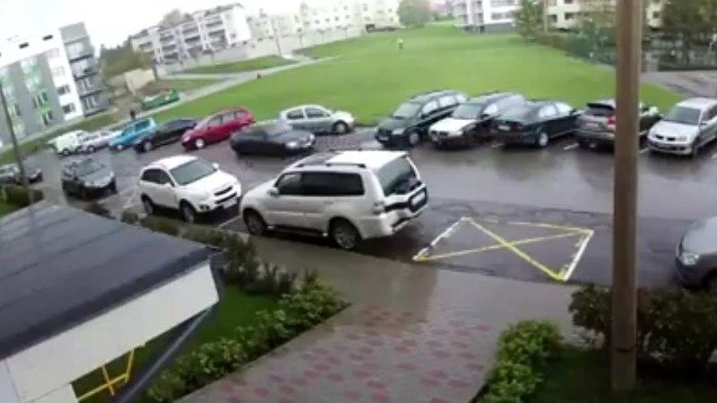 PÖÖRANE VIDEO   Keilas sõitis roolijoodik ühe hooga katki 5 autot