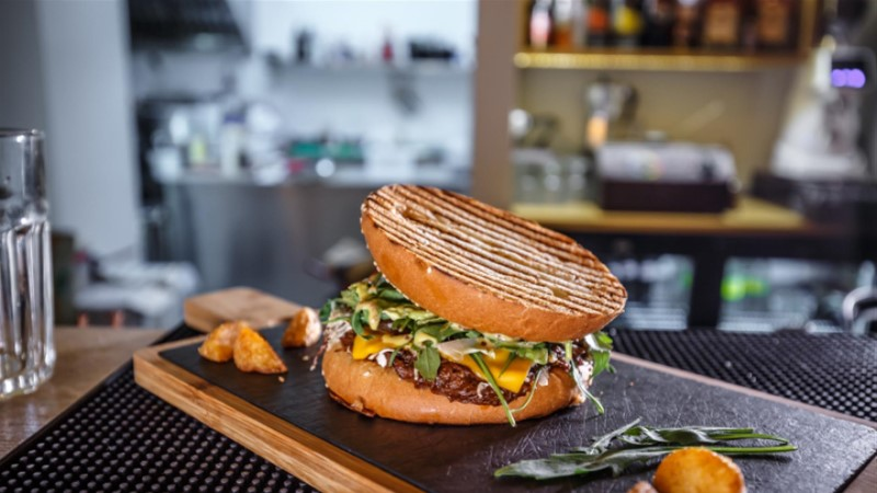Kolm üllatavalt lihtsat nippi täiusliku burgeri saamiseks (  5 gurmeeburgeri retsepti!)
