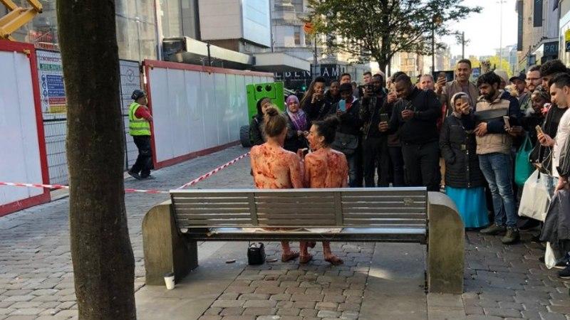 KLEEPUV KUNST: kaks alasti naist sõid keset linna üksteise pealt moosi