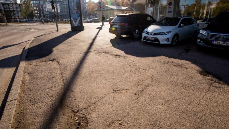 FOTOD | Mõned augud on võrdsemad: Tallinn lappis asfalti vaid Keskerakonna büroo ukse ees