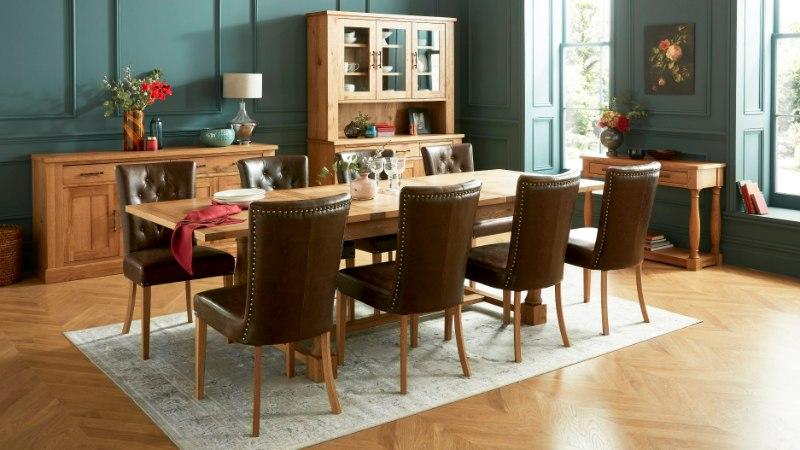 Hästi valitud söögilaud ja toolid liigendavad ruumi