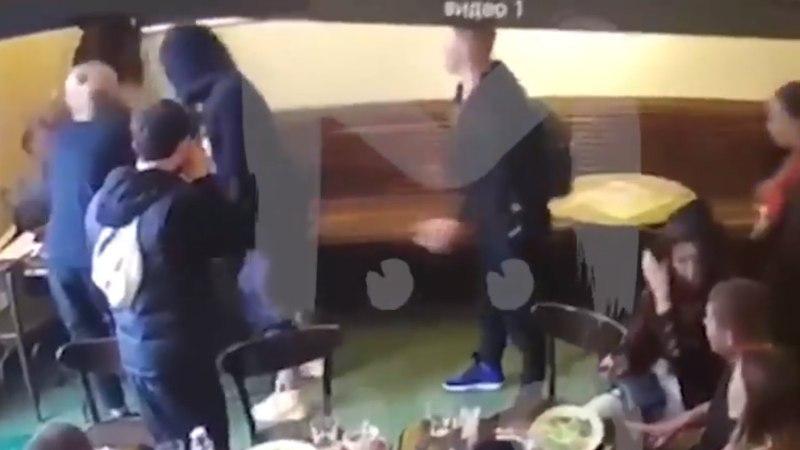 VIDEO | Hommikusöögi ajal tooliga näkku? Venemaa koondislased käitusid kõrge ametnikuga väga inetult
