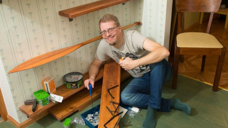 Lastekirjanik Mika Keränen turgutab hinge ja kirjutamisest väsinud näppe mööblit restaureerides