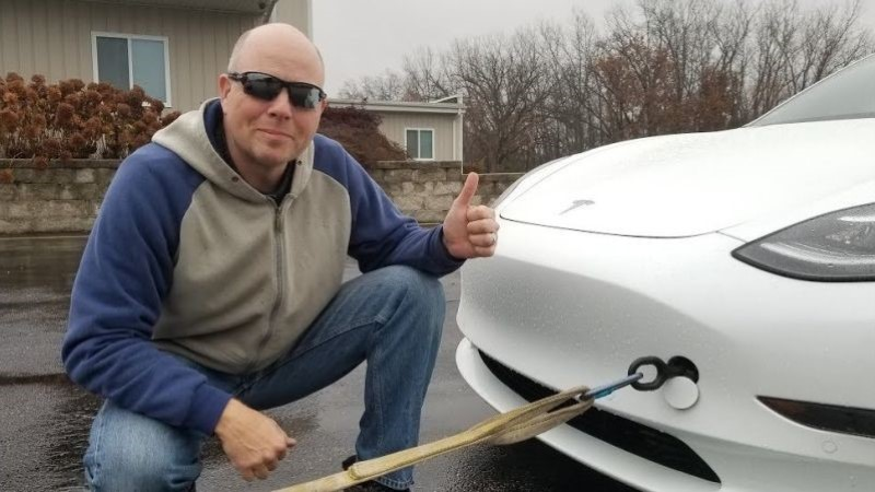 KEERAME AUTO ÜLES: tehnikafännid katsetasid nutikat nippi Tesla laadimiseks