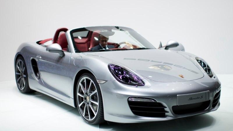 PÖÖRANE VIDEO: roosas mantlis näitsik hävitas kirvega Porsche