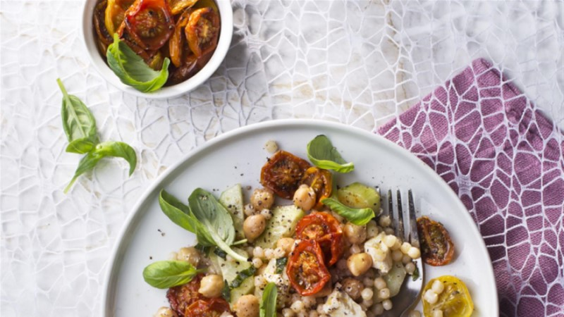 Pärlkuskussi salat röstitud tomati ja kikerhernestega
