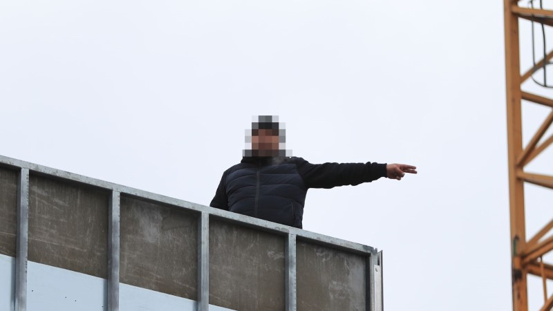 """Фото: на стройке в центре города мужчина угрожает """"коктейлем Молотова"""" и требует денег"""