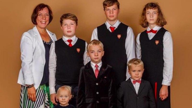 Armas hetk! Mailis Reps poseerib oma kuue lapsega