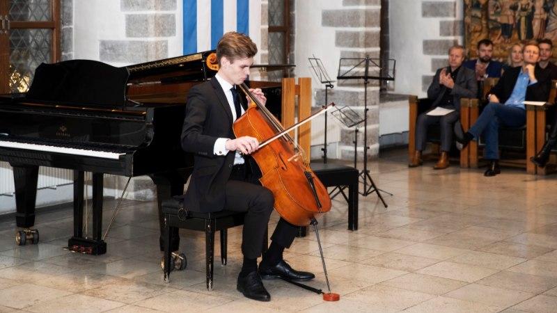 Галерея: на Ратушной площади звучали струнные инструменты Эстонского фонда музыкальных инструментов возрастом в несколько столетий