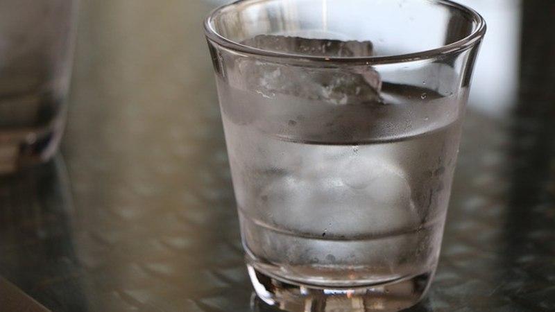 Reisija palus lennukis vett, kuid talle anti klaasitäis jääd.. ja paluti oodata selle sulamist!