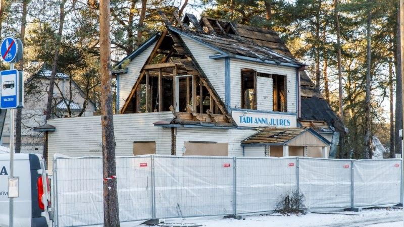 """GALERII   """"Õnne 13-st"""" tuntud Morna linna kohvikut hakati ebaseaduslikult lammutama"""