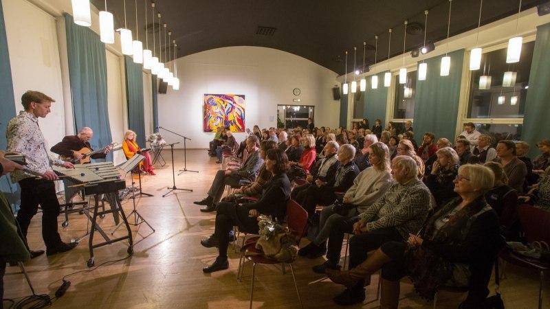 FOTOD | Kirjanik Doris Kareva kohtus muusika- ja luuleõhtul oma austajatega