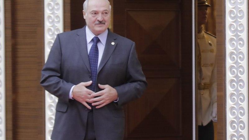 ВИДЕО: со стола Лукашенко сдули пылинки перед саммитом ОДКБ