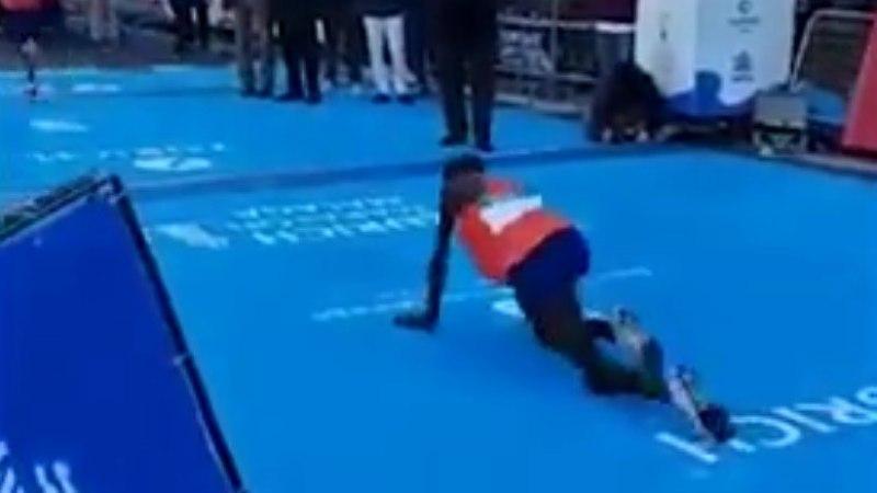 VIDEO | Hüvasti, poodium! Rampväsinud maratonijooksja ületas finišijoone roomates