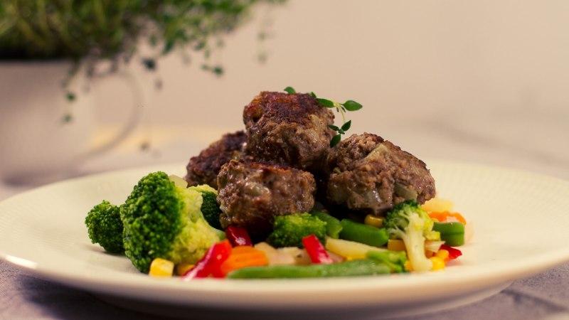 SELVERIGA KÖÖGIS | Lihapallid aurutatud köögiviljapadjal