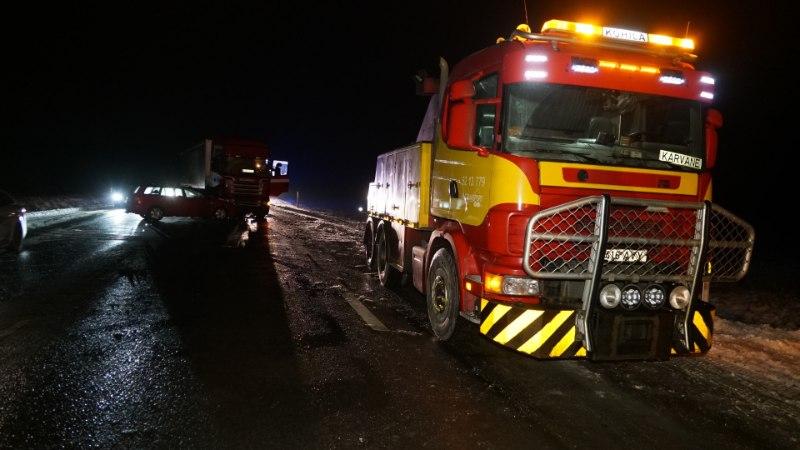 GALERII   Ardus põrkasid kokku veoauto ja sõiduauto, purjus juht lõigati autost välja