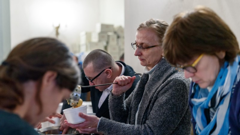Галерея: в церкви Олевисте накормили около тысячи нуждающихся и устроили для них рождественский концерт