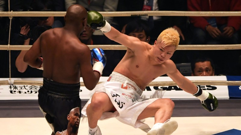 GALERII | KORRALIK TSIRKUS! Matšile paar tundi hiljaks jäänud Floyd Mayweather lõi jaapani kikkpoksija paari minutiga kolm korda põrandale