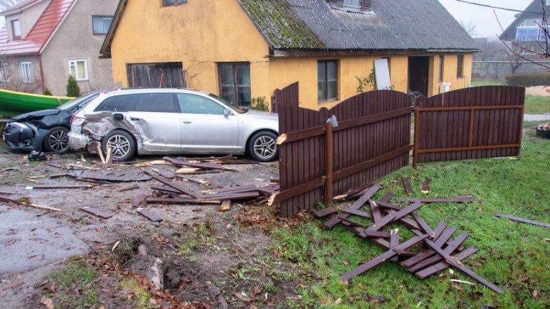 GALERII | Kuressaares sõitis auto vastu maja aeda, lõhkudes kolm autot ja paadi