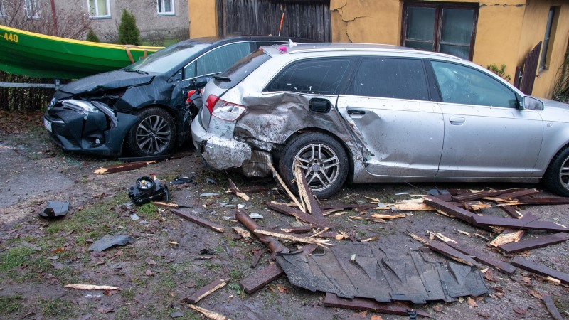 competitive price 77ba8 2567a GALERII   Kuressaares sõitis auto vastu maja aeda, lõhkudes kolm autot ja  paadi
