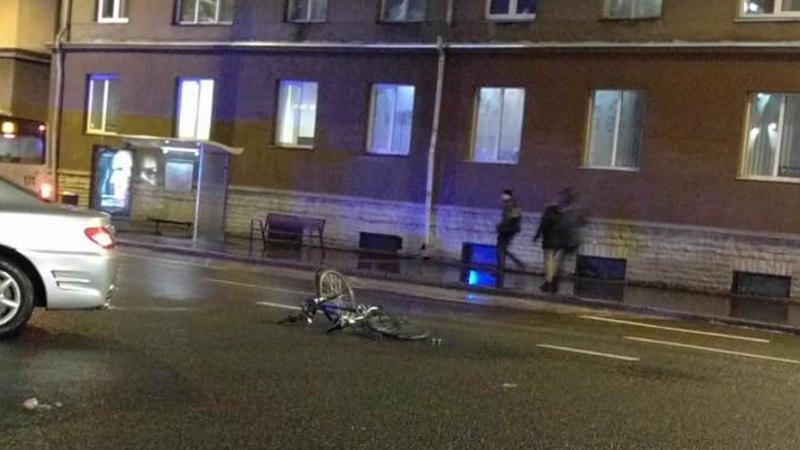 FOTOD | Gonsiori tänaval jäi ülekäigurajal auto alla inimene, kes lükkas jalgratast käekõrval