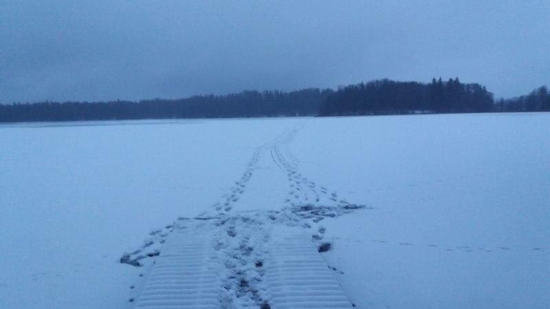 Фото с места происшествия: рыбак провалился под лед озера Пюхаярве