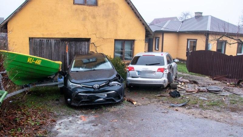 Фото: водитель Audi разгромил двор чужого дома и скрылся
