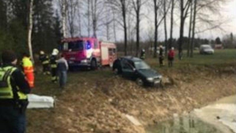 FOTOD SÜNDMUSKOHALT | Kose vallas hukkus sõiduautoga tiiki sõitnud mees