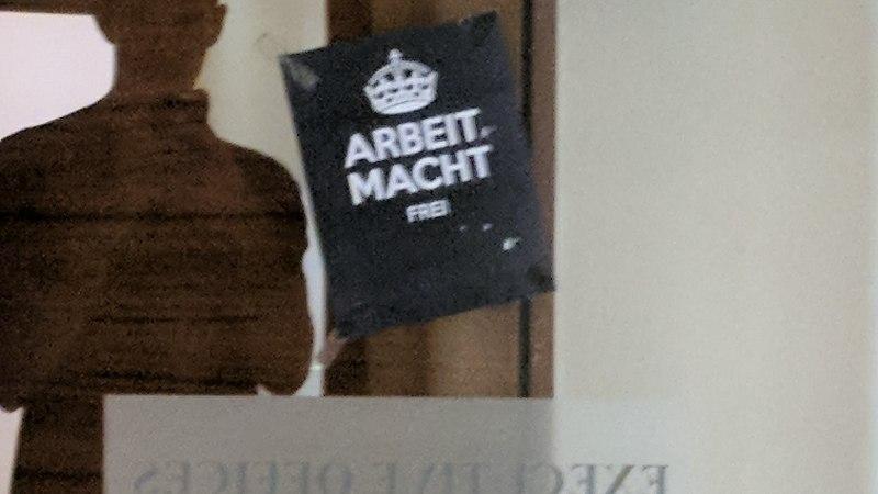 MIKS? Euroliigas mängiv Iisraeli korvpalliklubi leidis hotellist Natsi-Saksamaa koonduslaagritest tuttava teksti